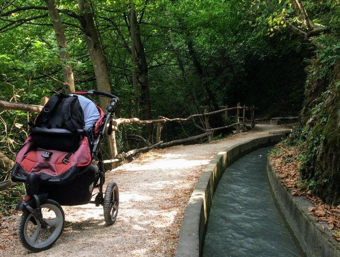 Sentieri di montagna con neonati nel passeggino