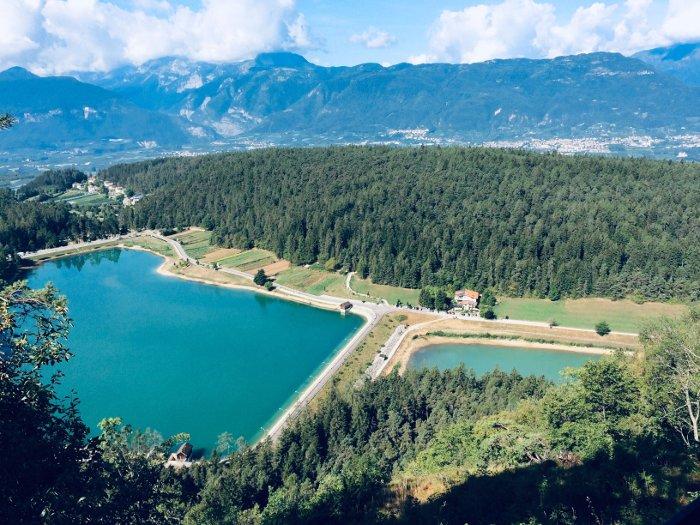 Il panorama sui Due Laghi dalla Merlonga