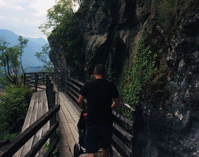 Le passerelle in legno del sentiero della roggia di Brandis