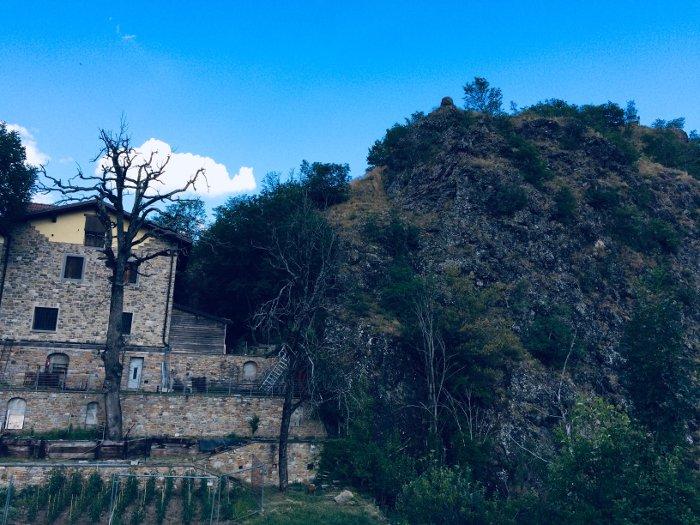 Il piccolo Poggio Medola nella valle del Dragone