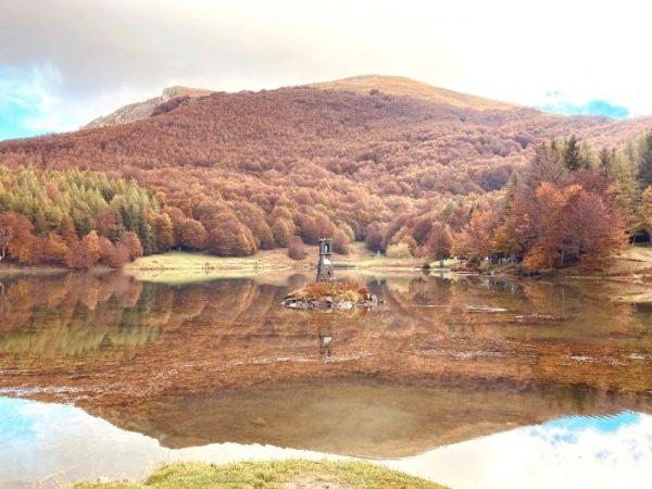 Il lago Calamone d'autunno